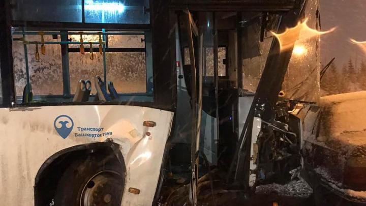 Женщина за рулем автобуса НЕФАЗ въехала в электроопору в Уфе