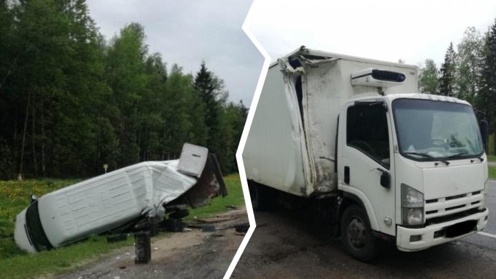 Лежал под машиной: при столкновении грузовика и фургона под Ярославлем пострадал молодой водитель