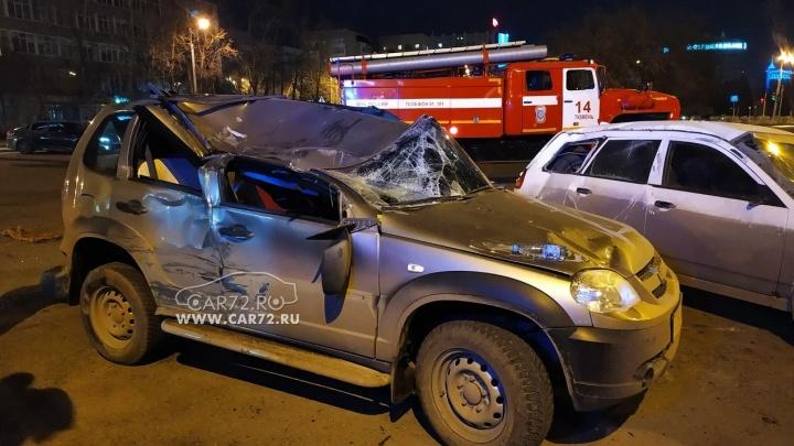 В центре Тюмени ночью случилась жесткая авария с участием четырех машин