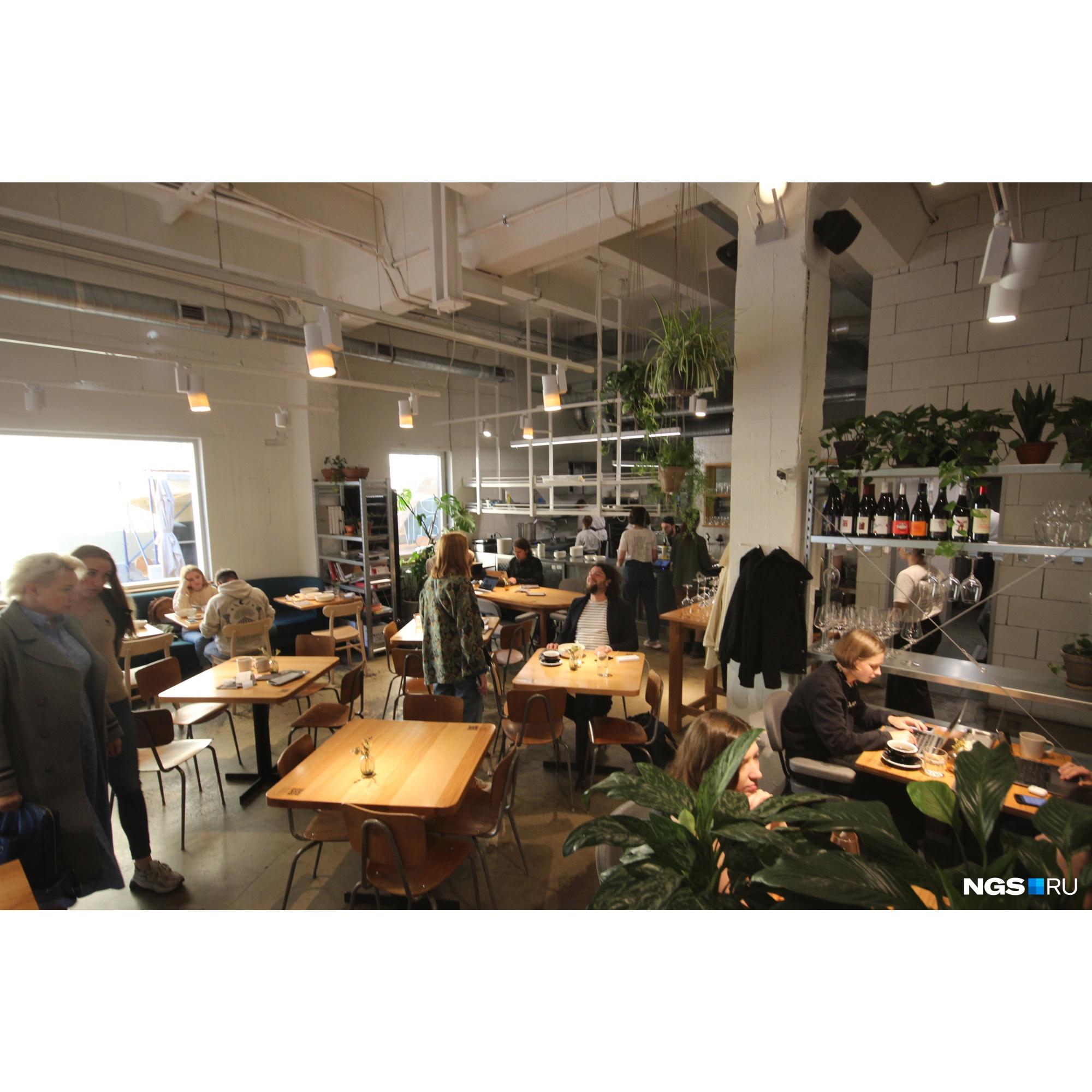 «Футура» — кафе в бывшей промзоне, где в обед бывает трудно найти свободное место