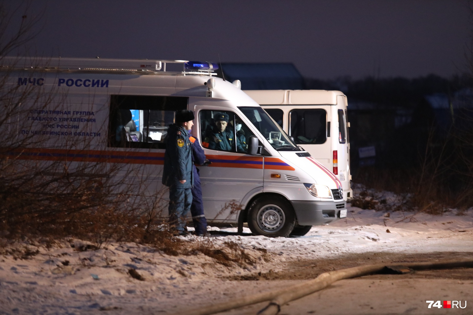 Экстренные службы продолжают работу на месте ЧП. Территория предприятия оцеплена, всех эвакуировали