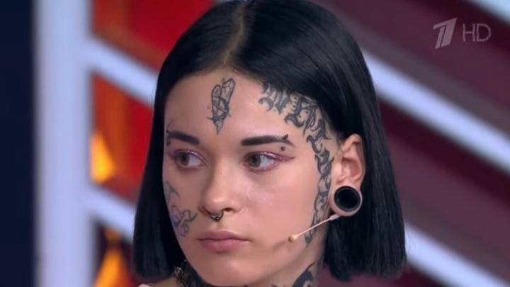 Омичка с татуированным лицом родила ребенка в 15лет и бросила его — ее пригласили на Первый канал