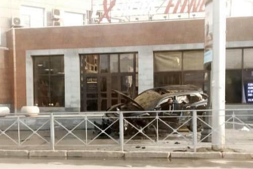 В Новосибирске «Порше» залетел на крыльцо фитнес-центра