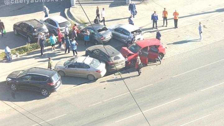В Челябинске иномарка протаранила четыре машины, припаркованные около рынка