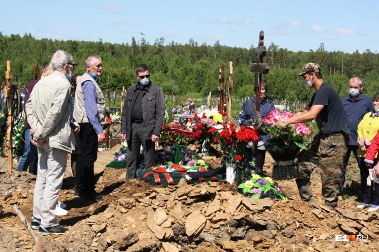 Владимира похоронили на Лесном кладбище