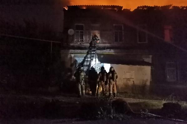 Огонь тушили 92 человека