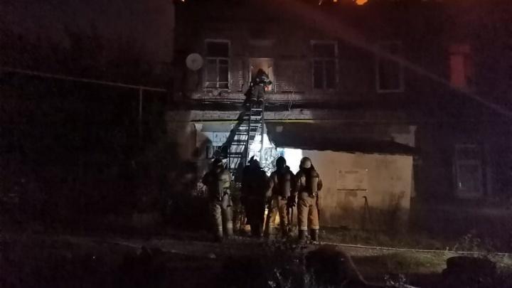 «Люди прыгали со второго этажа»: свидетель снял на видео пожар в двухэтажке на Самарской