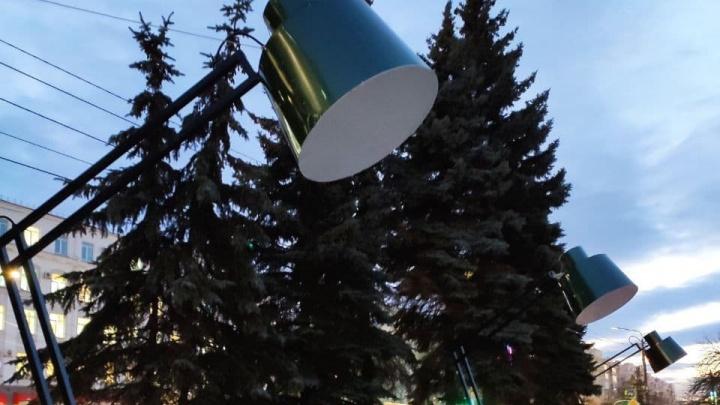 В центр Челябинска вернули гигантские настольные лампы. Давайте оценим их