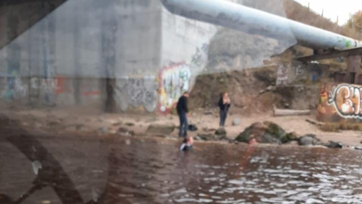 В Архангельске парень и девушка бросились в воду с Кузнечевского моста