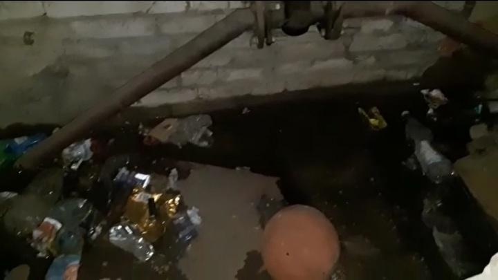 Скоро по комнатам плавать будем: в Волгограде подвал двухэтажки затопило водой из лопнувшего водопровода