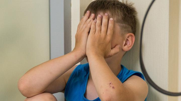 Кузбассовец истязал 12-летнего сына сожительницы, пока она была в роддоме. Мужчину будут судить
