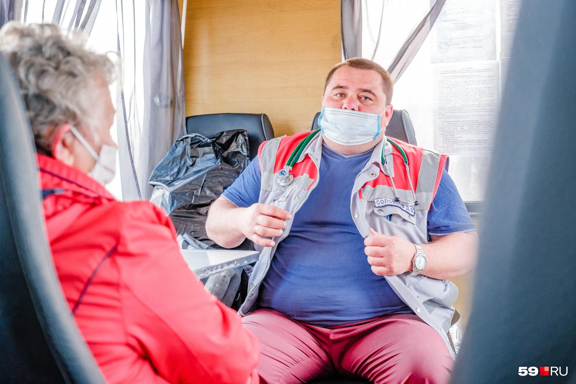 На обратной дороге в вахтовке вместе с сотрудником скорой. Врачи всегда приезжают к тем, кому нужна помощь, даже если добраться к ним сложно