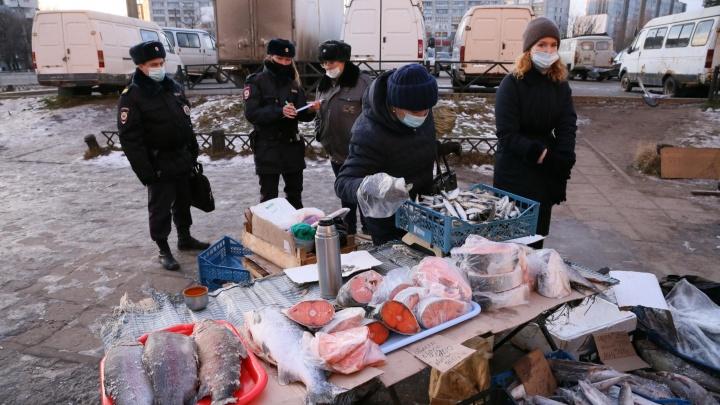 Сёмгу уничтожат: в Архангельске торговец нелегальной рыбой сбежал от проверки, бросив прилавок