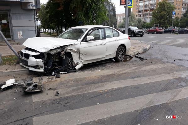 От удара BMW отбросило на тротуар