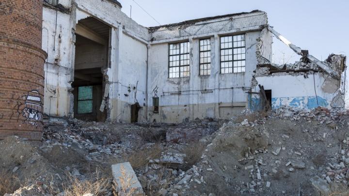 А за забором — руины: на останки метизного завода в Волгограде водрузили памятную доску воинам 62-й армии