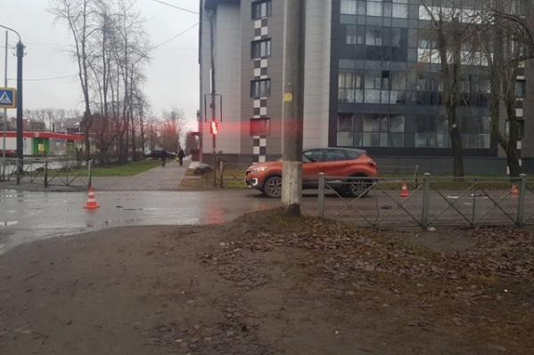 В аварии участвовали два автомобиля — «Волга» и «Рено»
