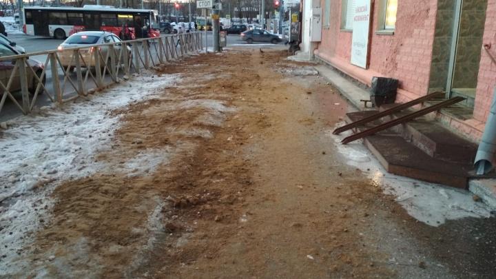 «Всю зиму — гололед, а сегодня — горы песка»: пермяки возмущаются из-за уборки тротуара на Куйбышева