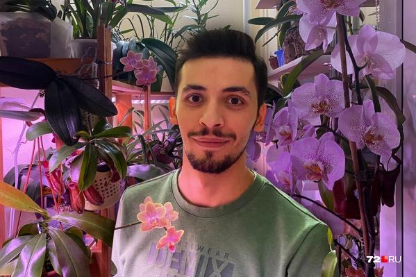 Как бы сильно ни устал за смену на работе, Даги Абдуллаев всегда находит время на заботу о своей мини-оранжерее на лоджии