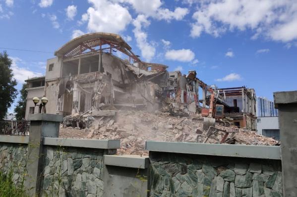 Здание начали демонтировать около месяца назад