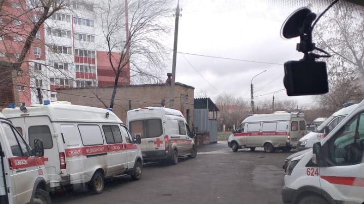 Скорые вновь встали в очередь на КТ возле больницы в Челябинске. Что на это сказали в Минздраве