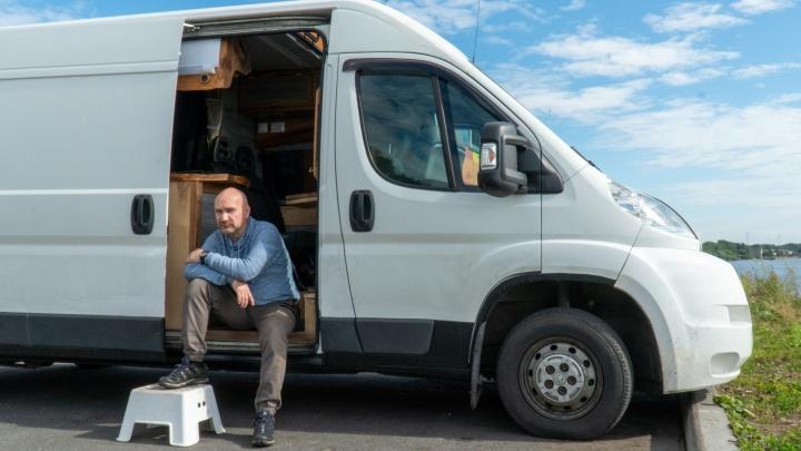 Душ, туалет, кухня и спальня: как в Архангельске из обычного фургона делают автодом для путешествий