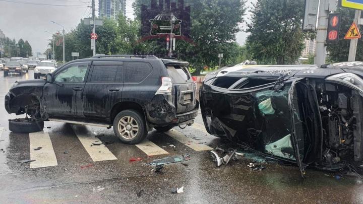 Повернувший вопреки правилам «Крузер» перевернул автомобиль такси