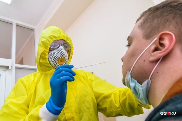 "Для теста на коронавирус <a href=""https://63.ru/text/health/69112156/"" target=""_blank"" class=""_"">берут мазки</a> из носа и горла"