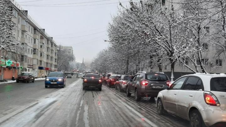 Из-за сильного снегопада Уфа встала в восьмибалльных пробках
