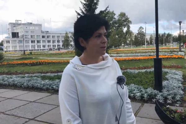 На вопросы журналистов отвечаетдиректор департамента образования Нина Филимонова