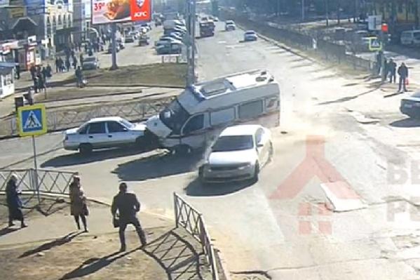 От удара обе машины отбросила на забор в сторону пешеходов