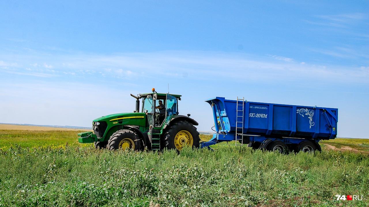 Любимец Дениса — трактор John Deer, намотавший уже 19 000 моточасов. Его вроде бы пора менять, но он работает и работает. Однако продукция John Deer в 2,5 раза дороже отечественных аналогов