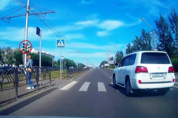 Водитель еле дождался, пока пройдут пешеходы, и дал по газам