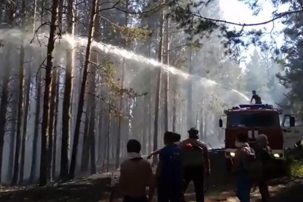 Пожар тушат не только сотрудники МЧС, но и добровольцы