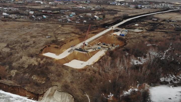 Строители моста через Волгу у Климовки подвели дорогу к обрыву