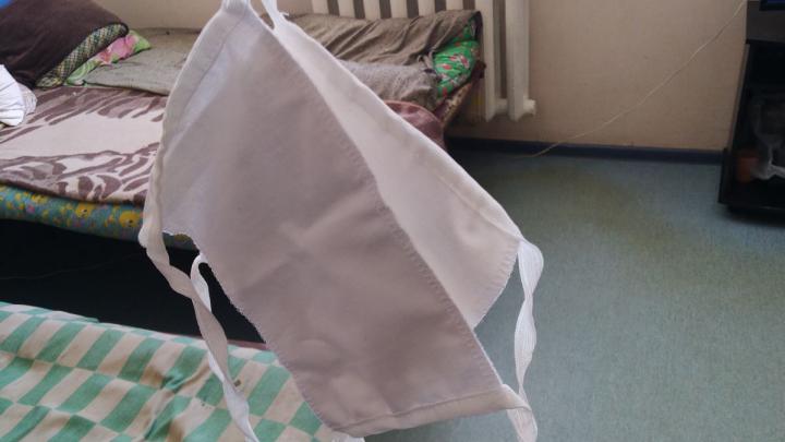 «Из халатов перешили»: водители скорых показали маски, которые им выдали для выездов к больным