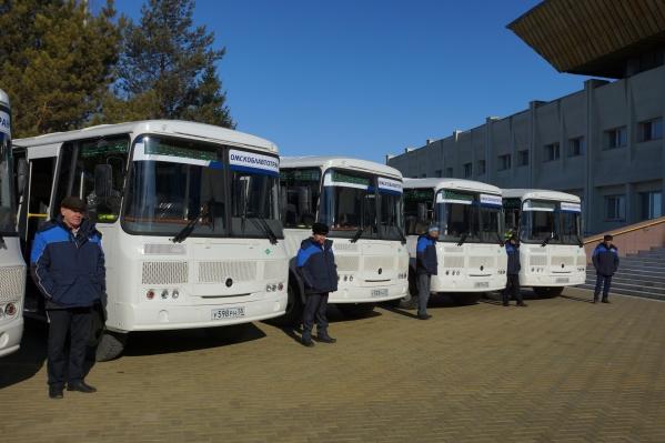 Подвижной состав «Омскоблавтотранса» сегодня пополнили новые автобусы, работающие на экономичном топливе. Ключи водителям вручил губернатор