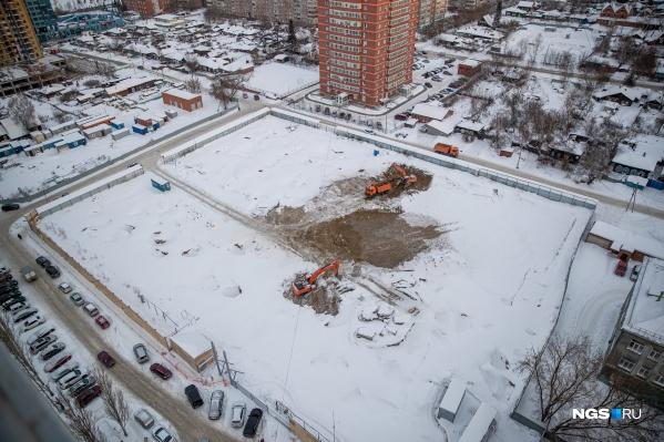 На площадке уже начались земляные работы, но подробностей проекта застройщик пока не раскрывает