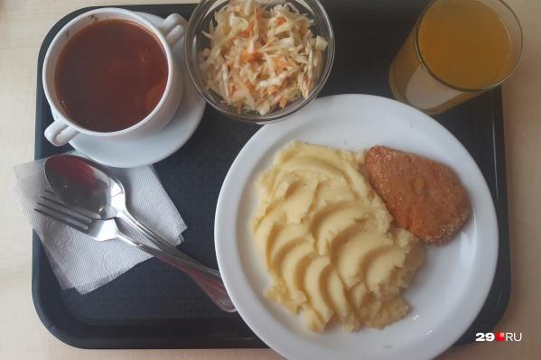 Этот обед в столовой Maestro обошелся в 183 рубля — относительно недорого, но нужно учитывать — мясную котлету заменяет морковная