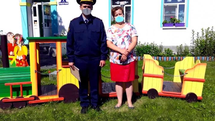 «Главное, поезд настоящий»: сотруднику свердловского ГУФСИН пририсовали маску на фотографии