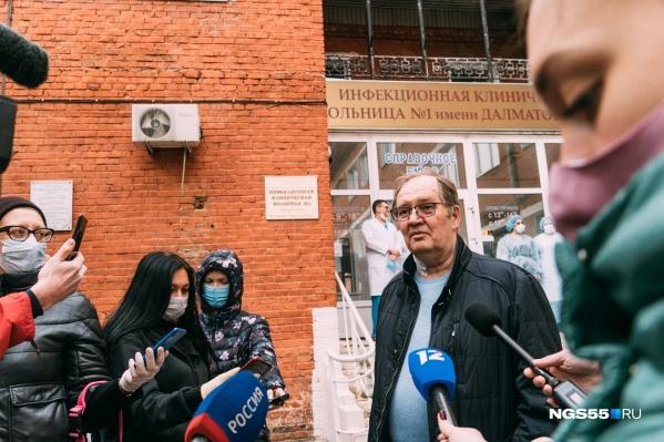 Встречать чудом оставшегося в живых пациента приехали представители омских СМИ<br>