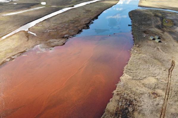 Река приобрела красный цвет