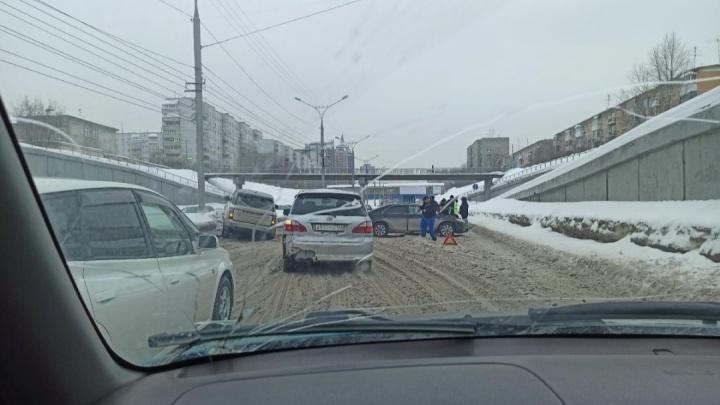 На Ипподромской образовалась многокилометровая пробка из-за ДТП — водителей занесло на снежной каше