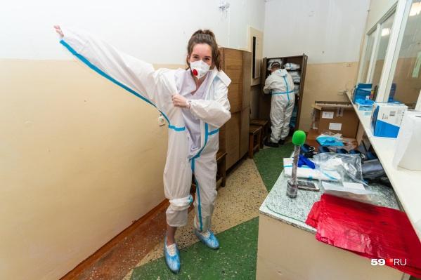 Наталья Пальникова на себе узнала, как тяжело медикам в защитном костюме