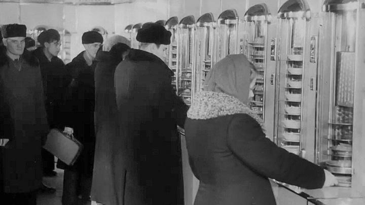 Обратно в 50-е годы. Как выглядела легендарная закусочная-автомат на Красном проспекте — редкие фото