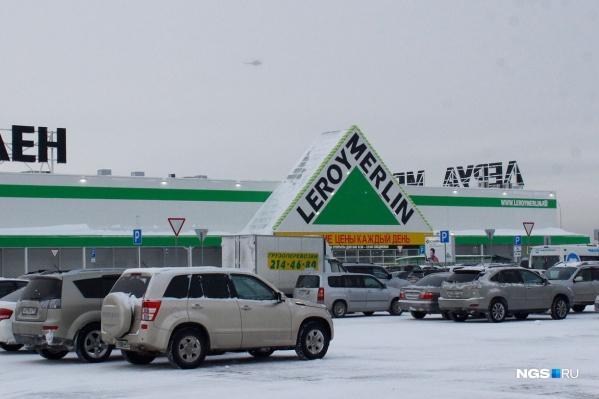 Третий «Леруа Мерлен» в Новосибирске открыли 22 декабря 2016 года на Родниках, четвёртый обещают достроить в 2020 году на Бердском шоссе