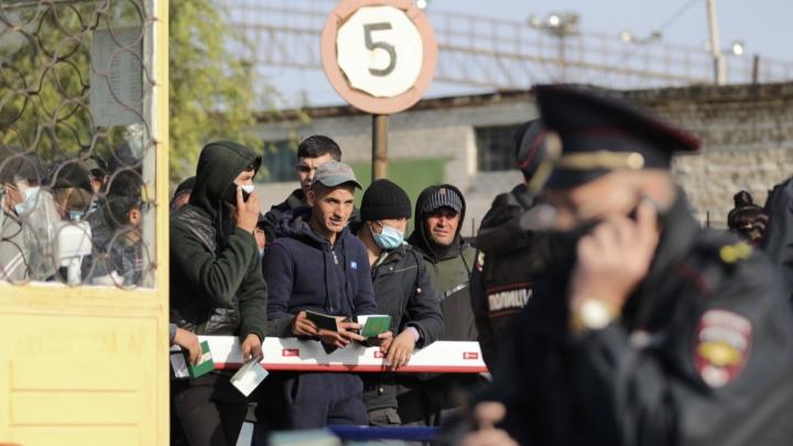 «Никто здесь температуру не измеряет»: вокзал под Волгоградом превращен в место концентрации граждан Узбекистана