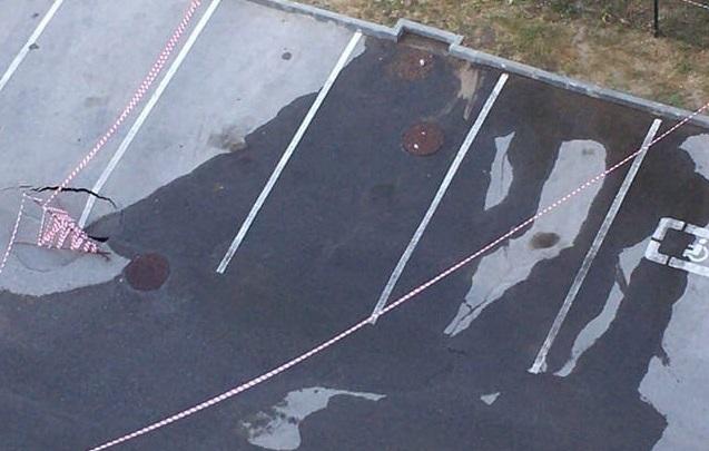 В Волгограде течь из земли размыла землю под парковкой у дома со скандальным забором