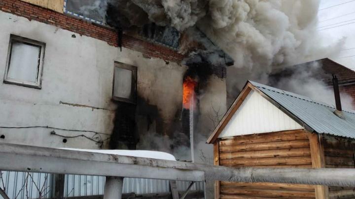 В центре частного сектора в Ленинском районе Челябинска полыхает коттедж