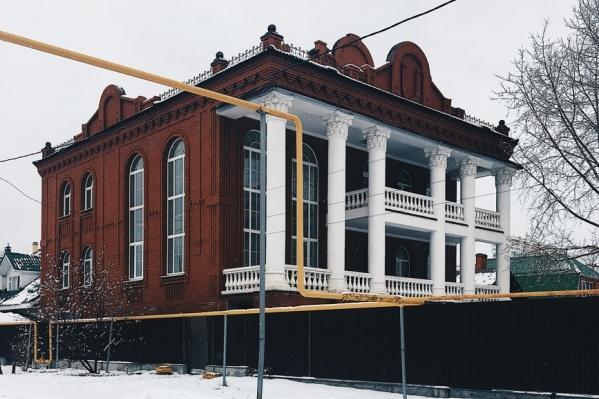 Дом с колоннами стоит на территории, которую хотят застроить высотками