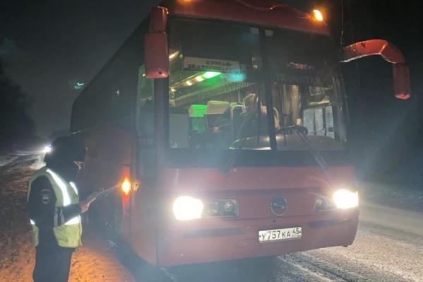 Водитель автобуса слишком поздно заметил пешехода, идущего по краю дороги